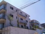 許容できる法まで、擁壁を積み+深基礎で、平面・断面設計で敷地レベルを調整