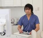 早期に抜歯すれば正常な位置に萌出する可能性があります。