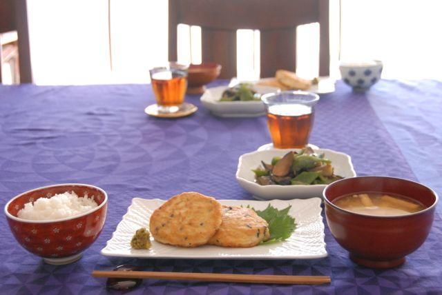 100%天然素材家庭料理、今回は鶏肉と京豆腐のヘルシーバーグ&たっぷり野菜♩