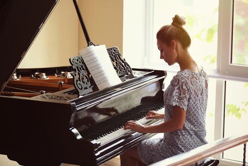 楽器を弾ける女性は魅力的