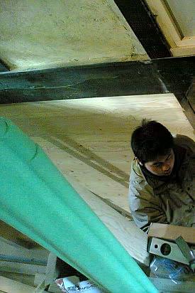 京町家(町屋)で階段製作中の 宮本くん