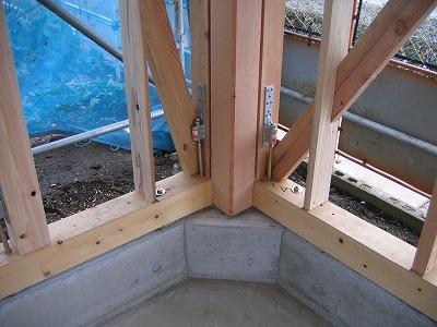ティンバーフレームの極太柱をがっちり固定