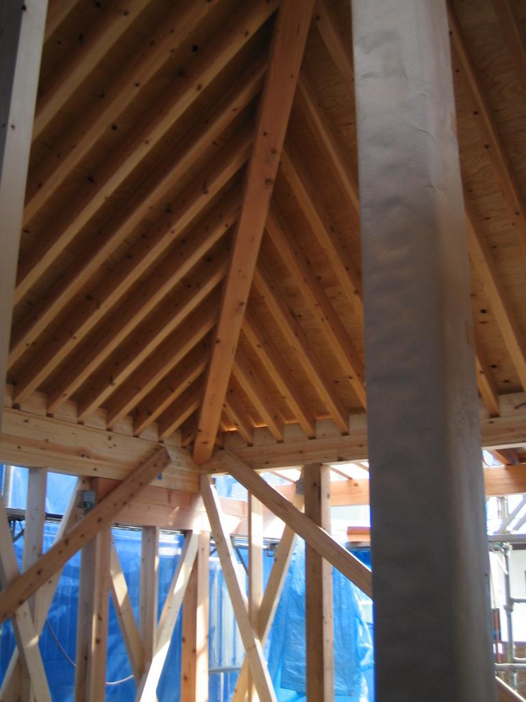 船橋の家の屋根がかかりました。