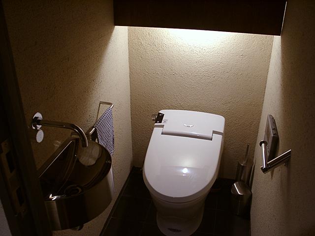 ステンレスの手洗いがきらりと光る厠空間