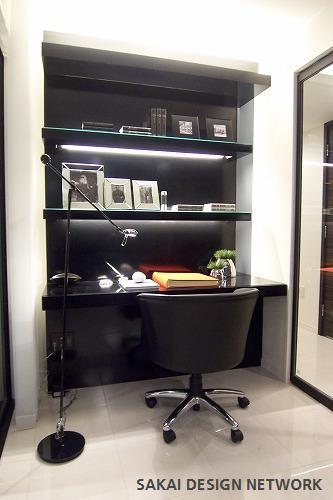 ガラスで仕切る書斎空間