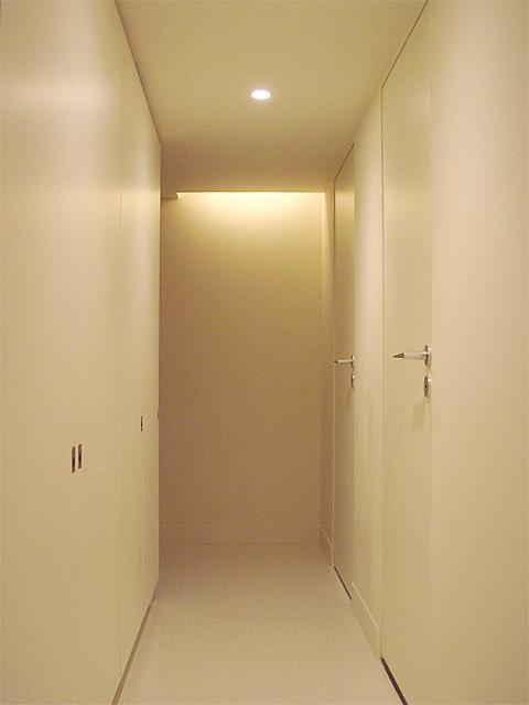 トンネルのような廊下を抜けて