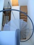 透明ならせん階段のある家