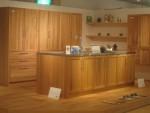 ウッドワンから発売されたオークとメイプル無垢材扉のキッチン