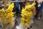 朝市のバナナ。