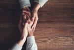 手を包み込む心理はミステリアス!男性からのスキンシップの意味とは