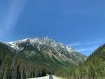 初夏のロッキー山脈とアルバータ大平原