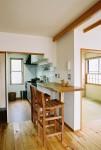 上池台の家 居間よりキッチンを見る