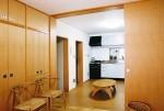 上池台の家 1階洋室より食堂を見る