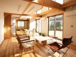 北浦和の家 居間より食堂、和室を見る