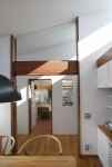 中庭のある家 食堂か厨房を見る