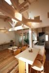 ツインバルコニーの家 食堂から居間、キッチンを見る