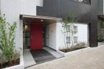 タイル(土)+アルミルーバー(金属)と赤い玄関戸+緑