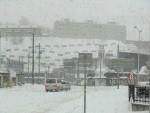 吹雪に見舞われる小樽の駅前。