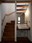 密集地の西向きの家:Ritoh(リト)-5:階段下の洗面