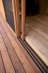 室内のタモ材フローリングと、室外のレッドシダー材デッキ