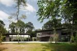 森の中に水平に広がる建物のライン