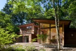 森にとけこむ木を利用した木造の別荘です。