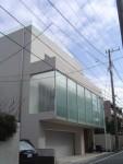 白い壁とガラスのファサード / aob