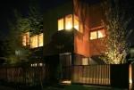 木の壁、樹木、窓の明かり。住宅街の風景をつくる建築。