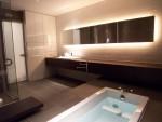 大きなバスルームを照明で演出。