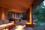 石や木の壁をライトアップすることにより、夜の別荘を演出。