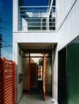 尼崎の家- 7 玄関外から通りニワを見る