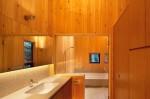 木で囲まれた洗面所と浴室。