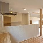 対面キッチンの腰壁に使ったガラスモザイクタイル