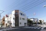 白とレンガタイルの家