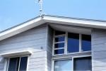 松戸の家 南側外観/2階リビングのハイサイド窓を見る
