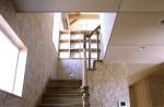 松戸の家 2階LDKへの階段見上げ