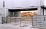 湘南の家 西側道路より見たガレージ入口部分