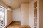 木の壁のリビング リノベーションアパートメント